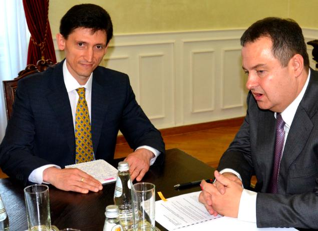Посол України в Сербії Олександр Александрович (ліворуч) та міністр закордонних справ Сербії Івіца Дачич
