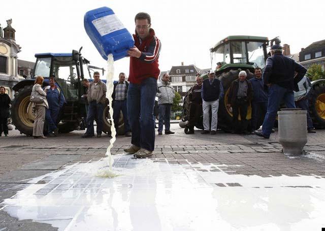 Європейські фермери протестують проти несправедливих цін на молоко (2008 рік)