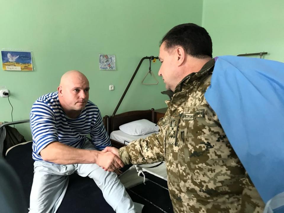 Полторак пообщался с бойцом, который принимал участие в боевых действиях вблизи Крымского - Цензор.НЕТ 9953