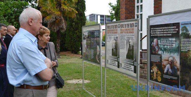 Гости мероприятия осматривают тематическую выставку