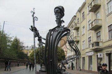 À Tchernivtsi, un concierge balaiera la rue avec des roses(photos)