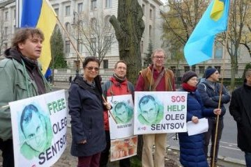 En apoyo de Sentsov y Súshchenko: PEN-club alemán llegó a la Embajada de Rusia en Berlín (Foto)