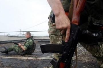 Окупанти встановлюють артилерію біля будинків вздовж лінії розмежування