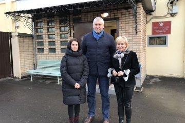 Roman Suschtschenko besuchen seine Frau und Tochter