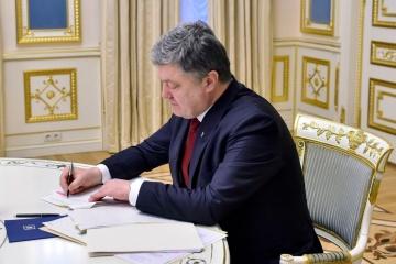 Poroshenko firma la ley sobre la admisión de los extranjeros a los ejercicios militares en Ucrania