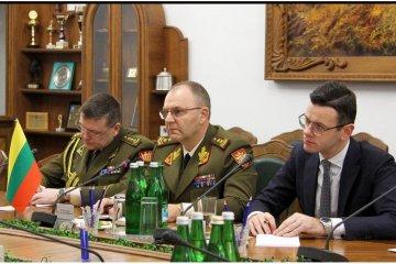 El ministro Poltorak y el jefe del Estado Mayor General lituano discuten el suministro de armas y municiones