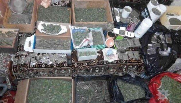 Наркоторговця  затримали з марихуаною й метамфетаміном на мільйон