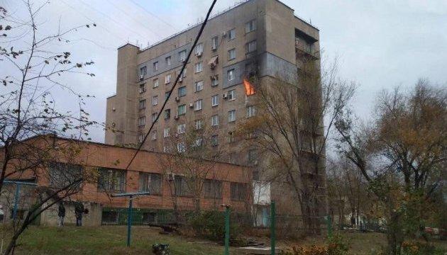 У Маріуполі загасили палаючий багатоповерховий гуртожиток