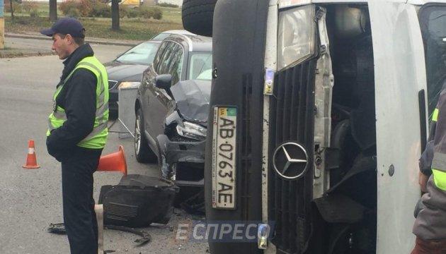 У Києві маршрутка протаранила автомобіль і перекинулася