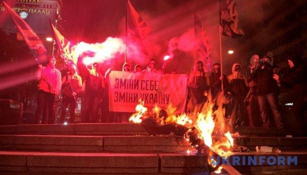 Активісти у Києві спалили Леніна