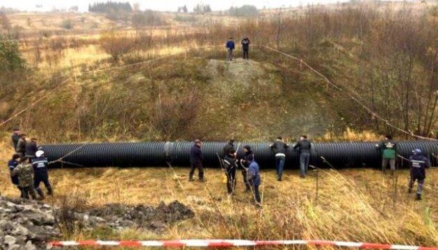 Річку - в трубу: на Львівщині оригінально вирішили проблему з проваллям