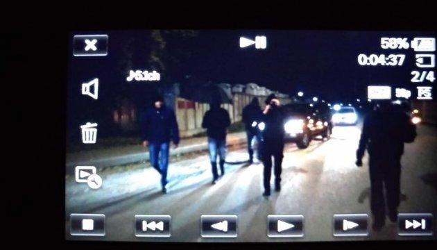 """В аеропорту """"Київ"""" тітушки побили журналістів, які знімали сюжет про Медведчука"""