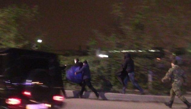 З'явилися кадри нападу охоронців Медведчука на журналістів