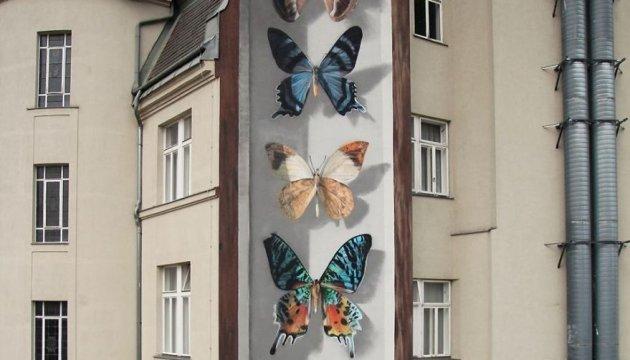 Французький художник малює 3D-метеликів на будинках