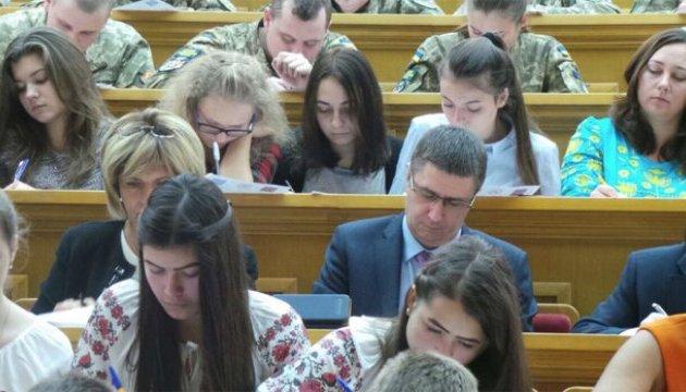 Віце-прем'єр, письменник і посол написали радіодиктант з української мови