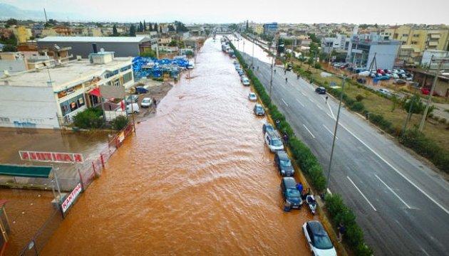 Зливи затопили містечко під Афінами, люди заблоковані у будинках та авто