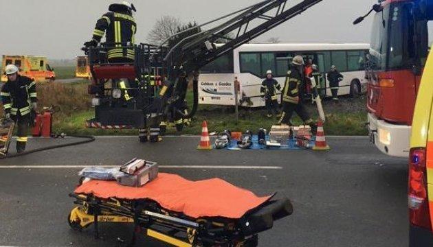 В Германии фургон врезался в школьный автобус, 30 пострадавших