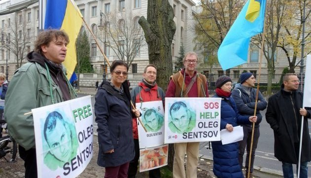 PEN centre holds rally in support of Sentsov, Sushchenko near Russian Embassy in Berlin. Photos