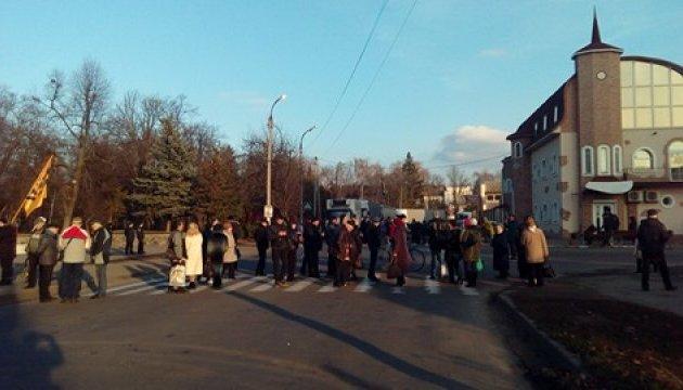 Смела вконец замерзла: жители перекрыли трассу, в планах — железная дорога