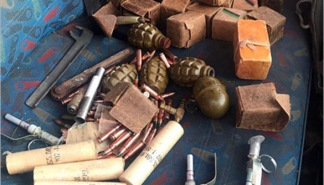 Патрульные остановили в Бахмуте авто с гранатами и тротилом