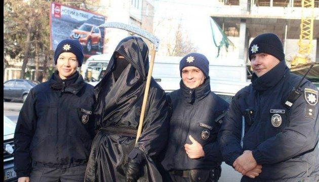 """""""Смерть с косой"""" ловила нарушителей вместе с патрульными"""