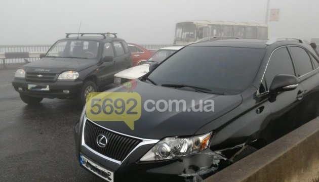 Дев'ять авто і автобус: на Дніпропетровщині - масова аварія через туман
