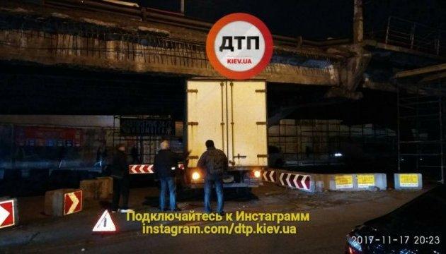 Под Шулявским мостом в Киеве застряла фура