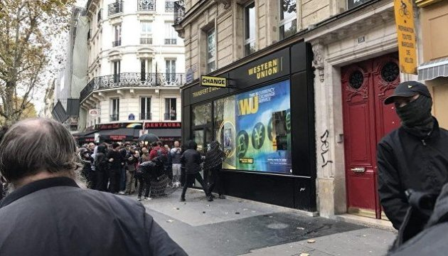 Марш проти Макрона: у Парижі били вітрини фінустанов і ламали банкомати