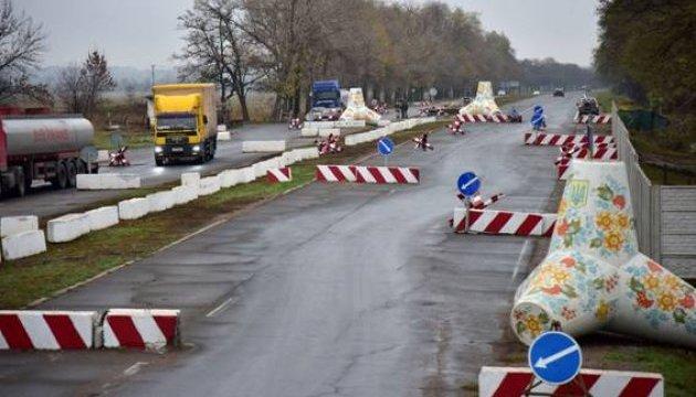 В КПВВ на Донбассе в очередях скопилось 405 авто
