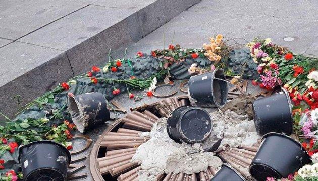 Камера зафиксировала, как вандалы забетонировали Вечный огонь