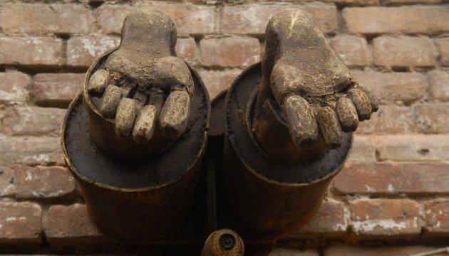 В Виннице из стены дома торчат ноги