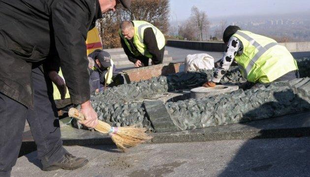В Киеве вандалы снова залили цементом Вечный огонь