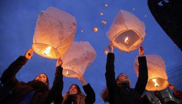 Des lanternes blanches pour honorer  la Centurie céleste ont survolé Lviv (photos)