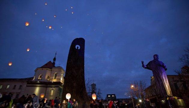 У Львові запустили білі ліхтарики на честь Героїв Небесної Сотні