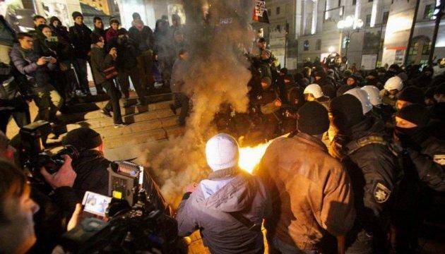 На Майдані палили шини: сталася сутичка мітингувальників із поліцією