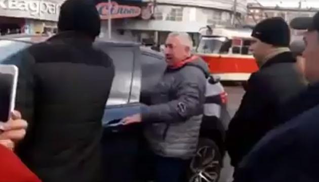 Кияни розправились із чоловіком, який залишив свій BMW на трамвайній колії
