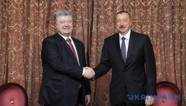 Poroshenko y Aliyev se manifiestan a favor de ampliar el comercio entre los países