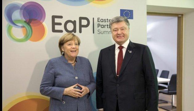 Poroschenko bespricht mit Merkel Eskalation im Donbass und Geiselbefreiung