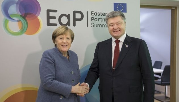 Poroshenko, Merkel discuss escalation in Donbas and release of hostages