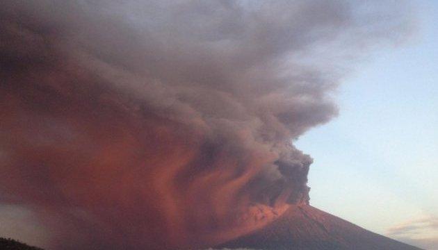 Вулкан на Филиппинах выбросил столб пепла на три километра, 40 тысяч эвакуированных