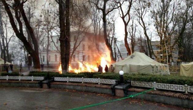 В правительственном квартале сгорела палатка митингующих