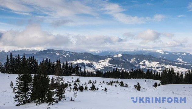 На схилах Карпат покрив снігу сягає майже двох метрів