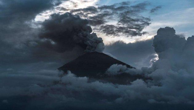 Вулкан на Камчатке выбросил столб пепла на 6,5 км