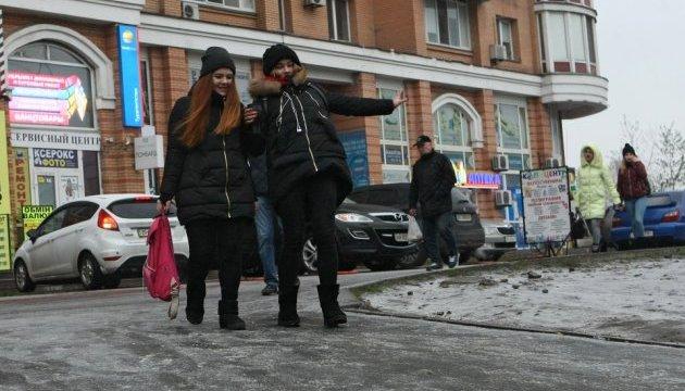 Киевлян предупреждают о гололедице и советуют, как избежать травм