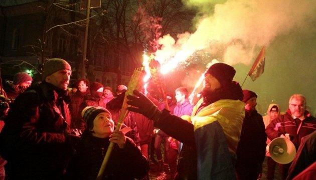 Факельное шествие в Киеве: Неизвестные бросили дымовые шашки возле АП