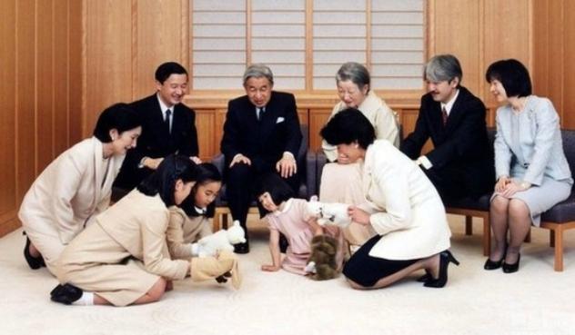На сімейному фото перед імператором Акіхіто (він в центрі) граються три внучки