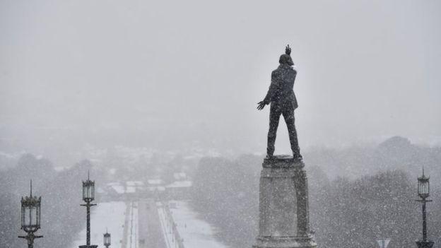 ВАнглии снегопад заблокировал авиасообщение ижелезные дороги