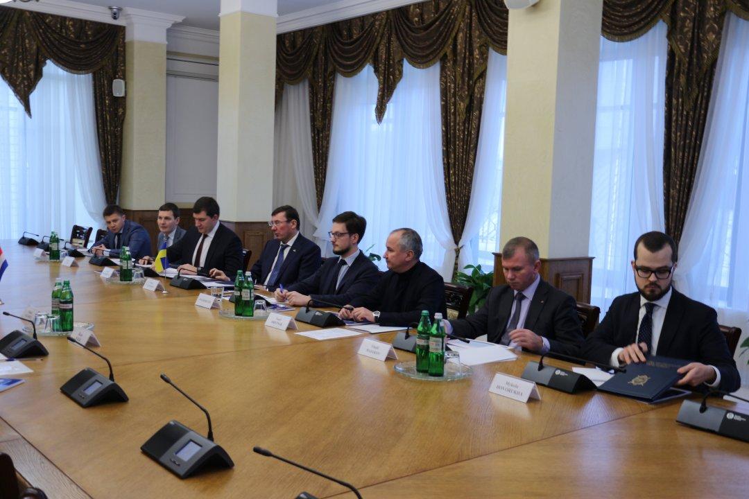 Порошенко одобрил продление миссии по изучению MH17
