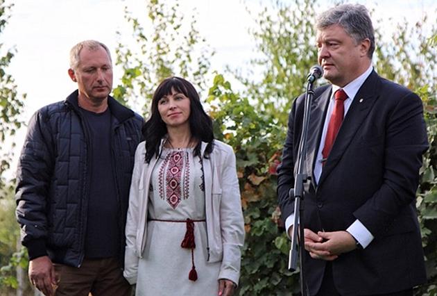 Світлина Порошенко з родиною виноробів Мар'яна і Наталі Шевченків після підписання закон про виноробство