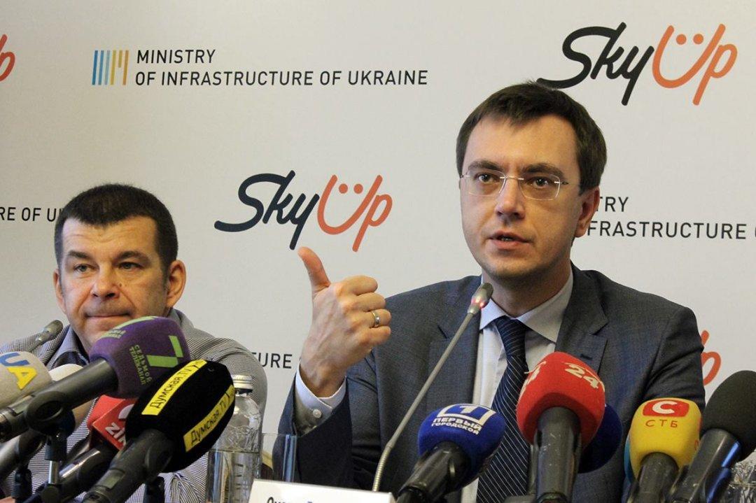 Співвласник компанії SkyUp Юрій Альба та міністр інфраструктури України Володимир Омелян